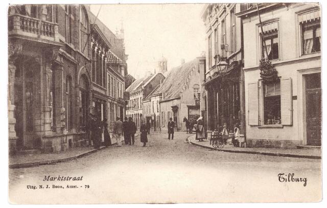001191 - De Zomerstraat, hier genoemd Marktstraat, nu de Heuvelstraat tussen de Oude Markt en de Nieuwlandstraat. De trapgevel rechts op de hoek van de Nieuwlandstraat is het huis de Oude Ster, gesloopt in 1914. In het huis met de kolommen rechts, gebouwd in 1874, zat de zaak in galanterieën van Janssens-Gram. Voor deze winkel een vrouw in Brabantse klederdracht. Links het pand van koperslager Broeckx.