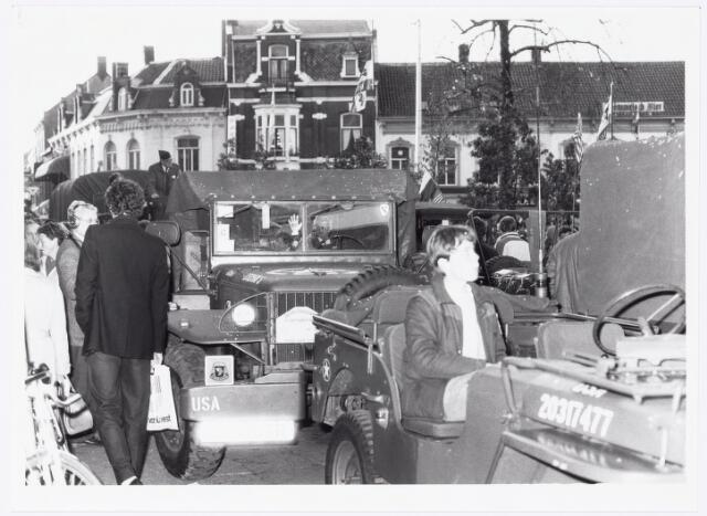 043375 - Op 27 oktober 1984 werden allerlei festiviteiten en herdenkingen gehouden b.g.v. 'Tilburg 40 jaar bevrijd'. Hier trekt een groep militaire wagens over de Heuvel van de organisatie 'Keep them rolling'.