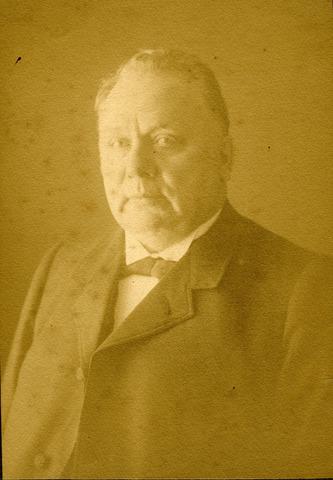 071483 - Architect/wethouder Leonardus Johannes Goijaerts, echtgenoot van Maria Clara Antonia Vermeulen, geboren te Tilburg op 11 oktober 1852 en aldaar overleden op 19 juni 1918. Hij was een zoon van timmerman Johannes Franciscus Goijaerts en Anna Maria Mennen.