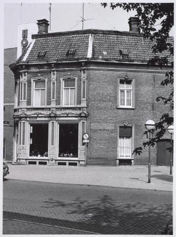 026623 - Restaurant De Gouden Zwaan aan de Monumentstraat. In 1880 brandde het grootste deel van de in 1822 gebouwde kaarsenfabriekaf; alleen het achterste gedeelte bleef bestaan. Het voorste deel werd in 1885 opnieuw opgebouwd