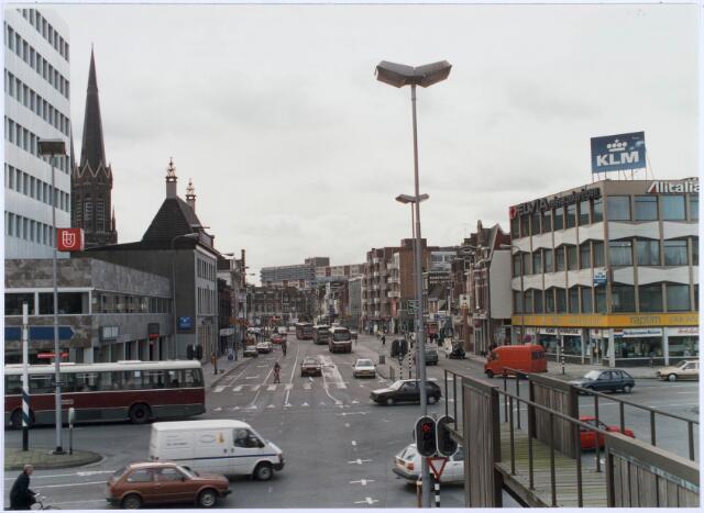 020807 - De Heuvel gezien vanaf de Spoorlaan begin 1989. Rechts op de voorgrond een kunstwerk, door de Tilburgers smalend 'duikplank'  genoemd