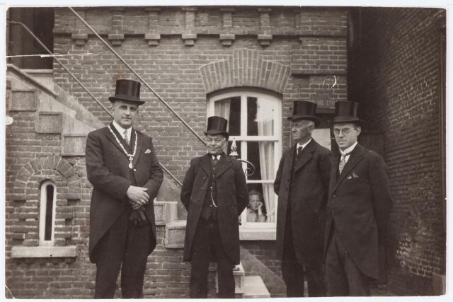 063131 - Burgemeester Panis en de wethouders staan voor het gemeentehuis klaar voor de ontvangst van de commissaris van de koningin