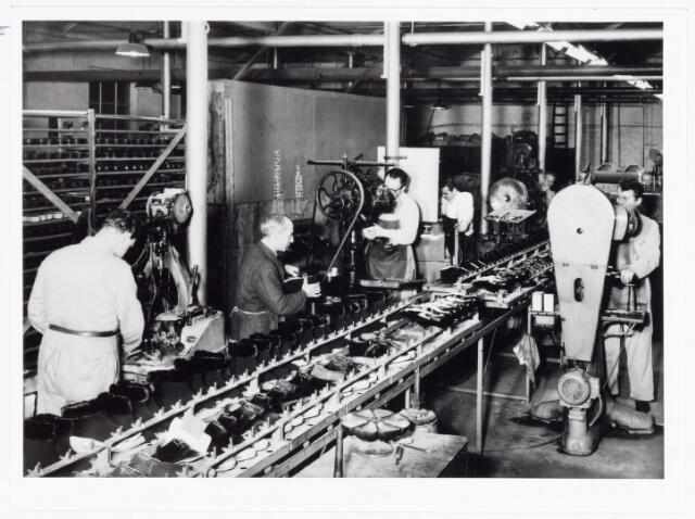 038467 - Schoenindustrie. Zwikkerij bij N.V. Mannaerts Schoenfabriek, Lijnsheike.