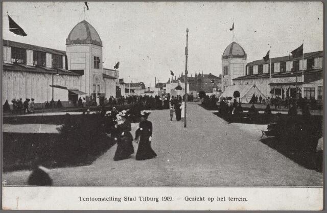 """011274 - De internationale tentoonstelling Stad Tilburg werd geopend op 15 juli 1909 en zou worden gesloten op 16 augustus 1909. Naast de tentoonstellingshallen waren er ook een 'tearoom', volksbierhuis, restaurant en feestzaal aanwezig. Verder waren er een kermis- en sportterrein en gebouwen voor handboog- en kegelwedstrijden. De entree-prijzen bedroegen tot zes uur 's avonds 50 cent per persoon, na zes uur 25 cent. Voor een bezoek aan de stad Venetië betaalde men tot zes uur 20 cent per persoon, na zes uur 10 cent. Een bezoek aan de kunstzaal kostte tot zes uur 25 cent, daarna 10 cent. Regelmatig vonden er concerten plaats o.a. door de harmonie L'Echo des Montagnes, de Nieuwe Koninklijke Harmonie, de harmonie van Kessels, het Heikants mannenkoor, St. Caecilia en het Capelle Koor. Het Nederlandsch Operette Ensemble bracht enkele operettes, o.a. """"De Dollarprinses"""". Verder waren er bals, kinderfeesten, een opvoering van de Tilburgse revue, vuurwerk enzovoort. Tijdens de tentoonstelling werd de 50.000e inwoner van Tilburg geboren, Maria van Gool. Ter gelegenheid daarvan werd op 7 augustus 1909 de entree 's avonds verlaagd van 25 cent tot 10 cent."""