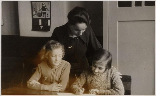 049503 - Onderwijs. Juffrouw Cor Wayers, onderwijzeres aan de meisjesschool van de parochie Margaretha Maria (Ringbaan-West)aan de Poirtersstraat met enkele leerlingen.