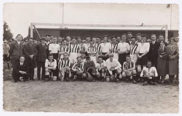 054120 - Spelers van voetbalclub Longa (gekleed in zwart/wit) op het Juliana-terrein.