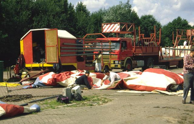 656892 - Opbouw van het American Circus op het Laarveld in Tilburg.