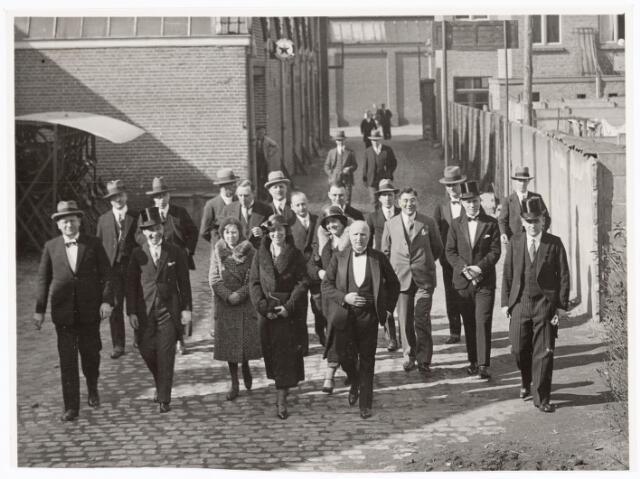 039659 - N.V. Radium gloeilampenfabriek Watertorenstraat. De eigenaar de heer Goldstern uit Duitsland met echtgenote en familie bezoeken de fabriek b.g.v. een jubileum.