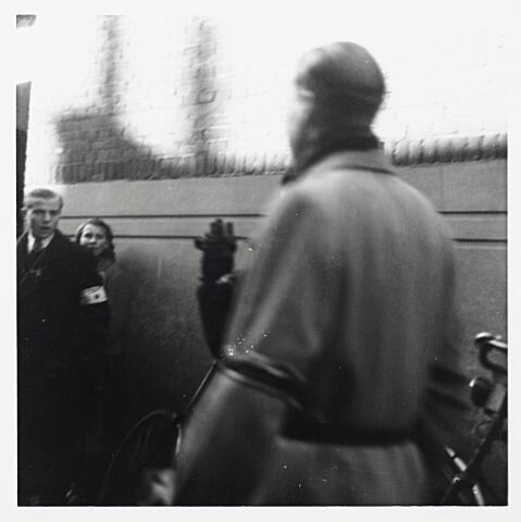012177 - Tweede Wereldoorlog. Bevrijding. Een NSB'er wordt door leden van de ondergrondse opgebracht