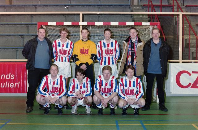1237_001_029-2_017 - Sport. Voetbal. Teamfoto voor een goal tijdens een zaalvoetbal competitie op 3 januari 1999.