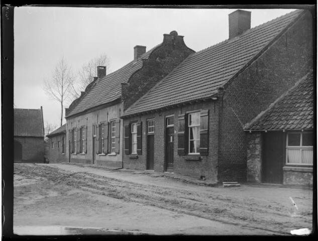 500415 - Oud dorpswoonhuis Loveren nr. 26-28. Eenlaags dubbelwoonhuis. Voormalige herberg (17e eeuw) met zadeldak tussen in- en uitgewerkte topgevels.