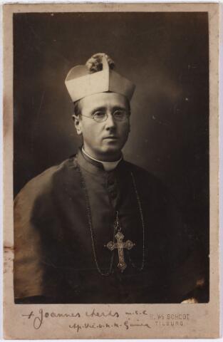 006415 - Mgr. Joannes Aerts, geboren te Swolgen, lid van de congretatie M.S.C. Na zijn wijding tot bisschop in de parochiekerk van St. Anna te Tilburg, werd hij apostolisch vicaris van Nederlands Nieuw-Guinea en de Molukken.