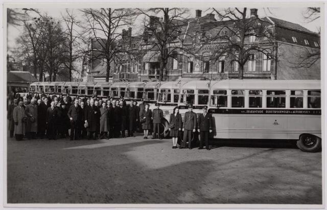 041509 - Openbaar vervoer. transportbedrijven, busondernemingen, taxi-vervoer. Bij de opening op 31 maart 1947 van de nieuwe stadsdienst door de B.B.A. (Brabantse Buurtspoorwegen en Autobusdienst) werd een parade van bussen en personeel op de Heuvel gehouden.