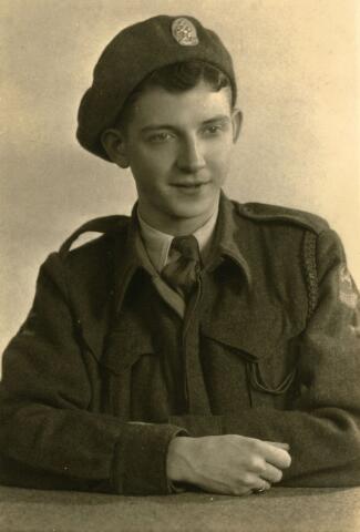 071744 - Harry van Spaendonk, geboren op 24 augustus 1926, sinds 8 november 1946 dienstplichtig soldaat bij het 9e regiment veldartillerie. Hij vertrok op 8 mei 1947 naar Indië.