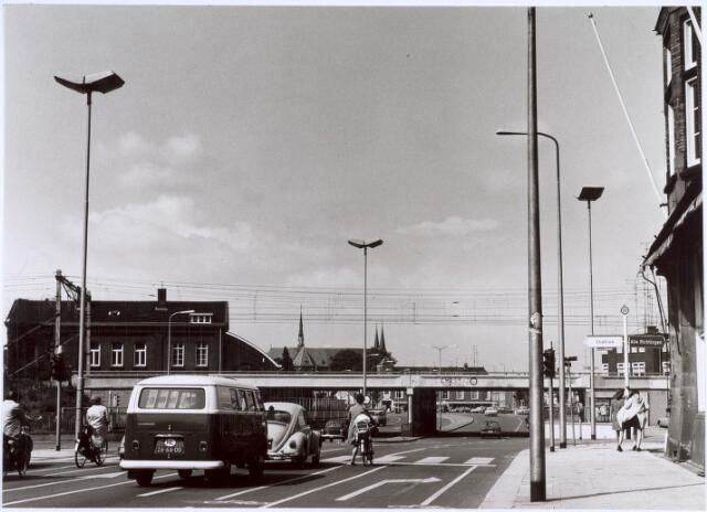 020898 - Spoorwegovergang Heuvel - Koestraat. Links de NS-werkplaats en daarachter de inmiddels gesloopte parochiekerk van de Besterd