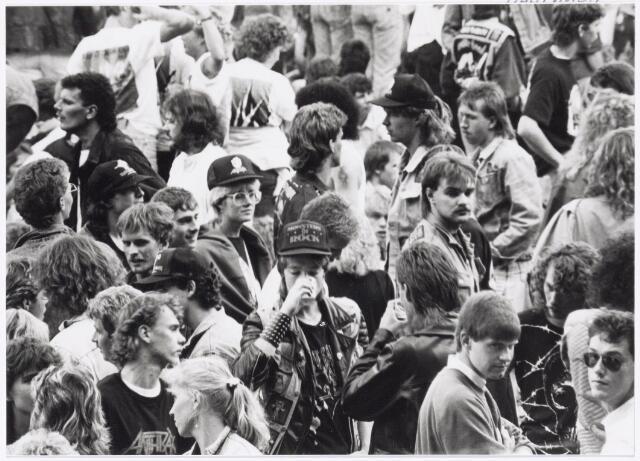 043416 - Op 4 september 1988 vond in het stadion van Tilburg muziekevenement plaats getiteld 'Monsters of Rock'.