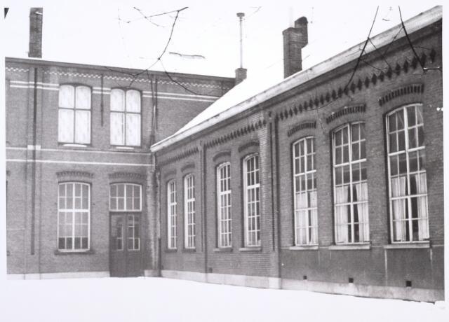 014325 - Gedeelte van de Dionysiusschool in de Antoniusstraat, gezien vanaf de speelplaats