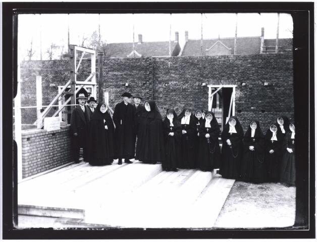 009374 - Kloosters. Eerste steenlegging zusterklooster van de Zusters van Liefde parochie Besterd.