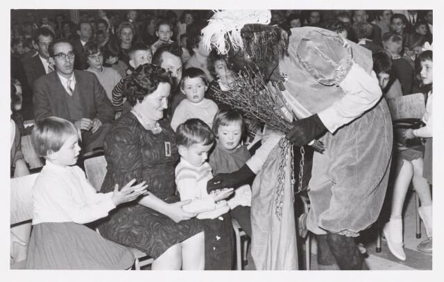 038722 - Volt. Oosterhout. Sint Nicolaasviering voor de kinderen van het personeel in 1960. Fabricage- of productie vond in Oosterhout plaats van april 1951 t/m 1967. Sinterklaas. St. Nicolaas
