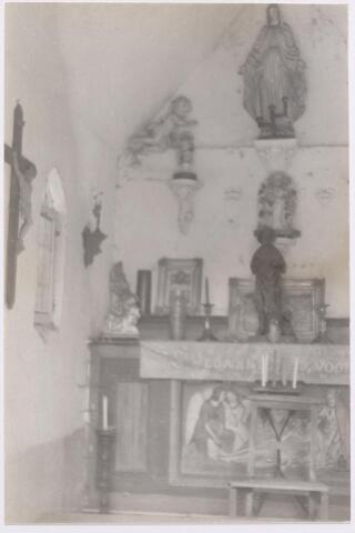 046527 - Interieur van de St. Janskapel op Nieuwkerk  Op het altaar een H. Hart beeld, tegen de achterwand een beeld onder een glazen stolp en een Mariabeeld. Voorheen stond in deze kapel een beeldje van St. Jan, afkomstig uit de oude Goirlese schuurkerk.