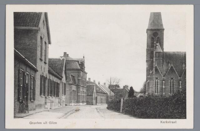 057871 - Gilze. aan de linkerzijde van de Kerkstraat woonden in 1917 achtereenvolgens W. van de Burg, veldwachter, J. Botermans steenfabrikant, A. Graumans en F.Th Botermans, steenfabrikant en zoon van voorgenoemde in het grote pand. Daarnaast de looierij en het huis van J. Schellekens en de woning van C. van Dorst, machinefabrikant. een steenfabriek was door J. Botermans opgericht in 1890 aan de Alphenseweg.