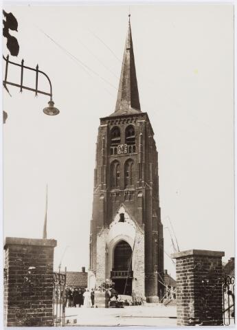 056896 - R.K. Kerk St. Jans Onthoofding. Afbraak van de kerk. Tegen de oude toren werd in 1931 een nieuw kerkgebouw geplaatst.