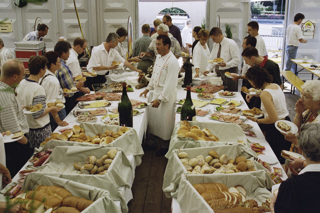 TLB023000880_001 - Kermis 1995; bezoekers en personeel cateringtent.
