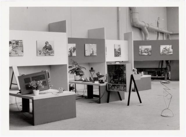038910 - Volt. Noord. In 1964 bestond de Volt vakliedenopleiding 25 jaar. Daartoe werd in september o.a. een tentoonstelling ingericht. Hier werkstukken gemaakt door leerlingen van het Electro Technisch Laboratorium, E.T.Lab. De tentoonstelling was vrij toegankelijk en trok 6000 bezoekers.