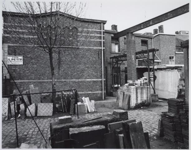 025489 - Binnenplaats van de steenhouwerij firma Petit aan de Langestraat