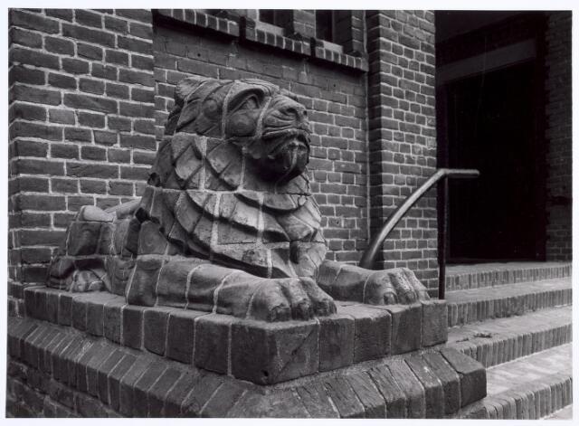 016627 - Stenen leeuw bij de hoofdingang van de kerk Onze Lieve Vrouw van Goede Raad, behorende tot de parochie Broekhoven I