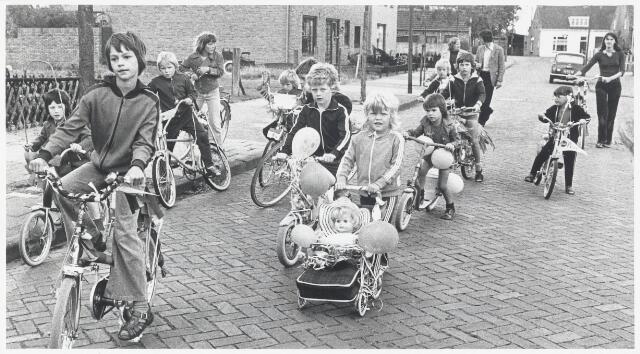 91102 - Made en Drimmelen. Kindervakantie werk in Made - kinderen die op versierde fietsjes aan een fietstocht deelnemen.