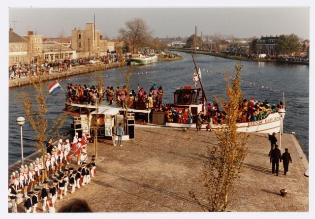 053246 - Intocht van St. Nicolaas op 17 november 1985. foto: aankomst bij Tamboerskade, opstelling majorettencorps en verwelkoming van Sinterklaas.