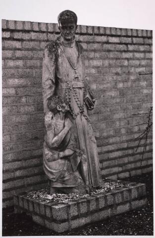 030788 - De Schans. Het beeld van Petrus Donders op het kerkhof Heikant Zellerstraat. Dit beeld stond oorspronkelijk in de gevel van patronaatsgebouw Heikant aan de Schans 32. Beeldhouwer J. Custers uit Eindhoven.