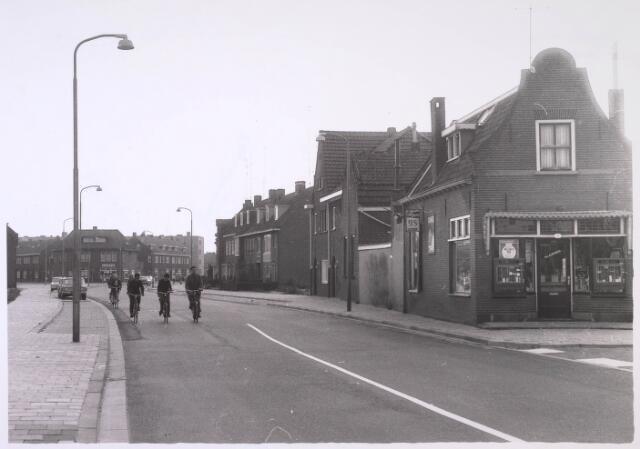 024909 - Kwaadeinstraat gezien in de richting van de Ringbaan-West. Rechts, op de hoek met de Tongerlose Hoefstraat, de tabakswinkel van Th. Kuppens. Links op de achtergrond de Herstalsestraat