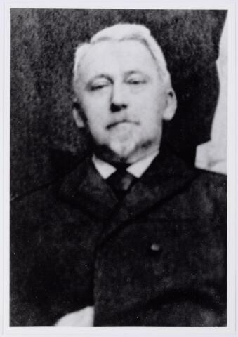 041596 - Postkantoor. Hendrik Andries Hoxel geboren te Veenendaal 30 mei 1851. Hij vestigde zich op 15 juni 1899 vanuit Roosendaal in Tilburg, waar hij tot 1909 directeur van de posterijen was.