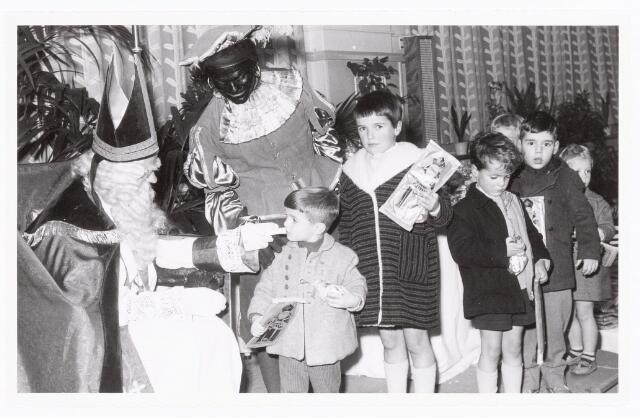 038869 - Volt. Zuid. Ontspanning. Viering Sint Nicolaas of Sinterklaas voor de kinderen van het personeel in 1959. Sint Nicolaas Ab Haarlem, Zwarte Piet Jos Spijkers.