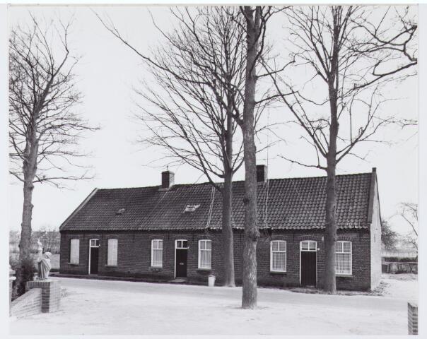062763 - Woningen aan de Heuneindseweg 13, 15 en 17; deze huizen stonden ongeveer in het verlengde Generaal Eisenhowerweg richting de Bosscheweg; ze zijn afgebroken voor woningbouw