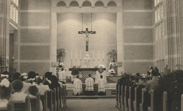 653306 - Parochie Gasthuisring. Kerkelijke viering door bisschop Mgr. W. Mutsaerts die er was voor de consecratie van de nieuwe kerk O.L. Vrouw van Altijddurende Bijstand.