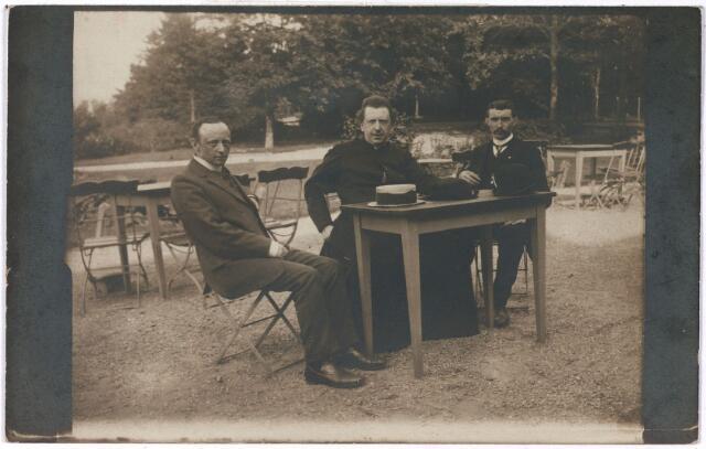 005581 - vlnr A.Th. (Toon) van Rijen wethouder te Tilburg, kapelaan Wezners, Jan van Rijsewijk,  op het terras in 1910 van hotel Berg en Dal Beek-Ubbergen.