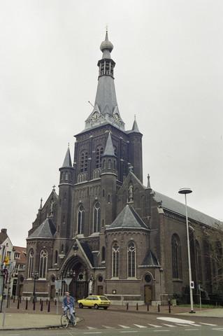 TLB023000229_001 - Sint Dionysiuskerk in de volksmond bekend als Heikese kerk om verwarring met de gelijknamige kerk in de buurtschap Goirke te voorkomen. Deze Rooms Katholieke Kerk in Waterstaatsstijl gebouwd tussen 1827-1829, bestaat uit een schip van drie even hoog gewelfde beuken en een driezijdig gesloten koor. In 1895 is met een grondige restauratie de kerk in neogotische stijl gewijzigd en met twee kapellen aan de westzijde uitgebreid die zijn aangebouwd aan de 15e eeuwse toren van een voorafgaande kerk. De toren telt drie geledingen en is voorzien van een ten dele uitgemetselde traptoren en wordt bekroond door een van vier- tot achtkant ingesnoerde spits met lantaarn en peervormige top. De kerk bezit een gemarmerd hoogaltaar uit de 18e eeuw, afkomstig van de Burchtkerk te Antwerpen. Preekstoel in Waterstaatsstijl. 19e eeuws eiken beeld van St. Thomas van Aquino. Eikenhouten klokkenstoel met gelui bestaande uit klok van M. Marischal, 1654, diam. 127 cm. en drie moderne klokken. Mechanisch torenuurwerk is later voorzien van elektrische opwinding.