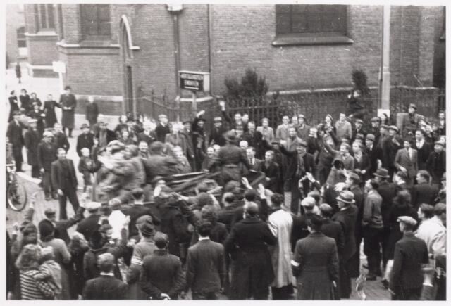 013306 - WO2 ; WOII ; Tweede Wereldoorlog. Bevrijding. Een Schots legervoertuig baant zich een weg tussen enthousiaste Tilburgers
