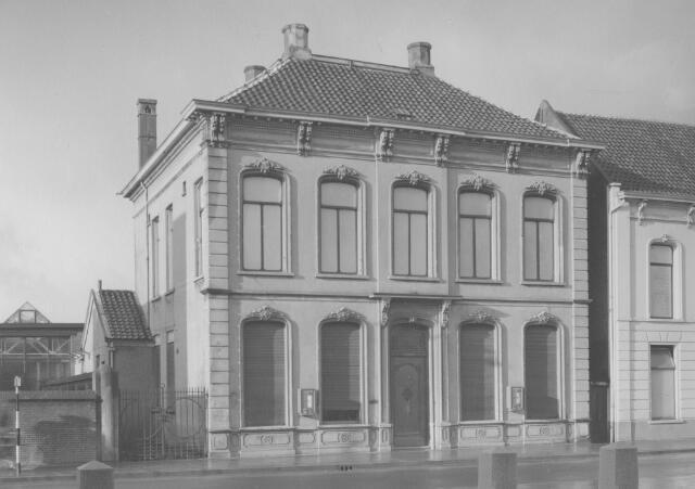 063962 - Het pand Gasthuisstraat 7, ouderlijk huis van de familie Mutsaerts-van Roessel en later bewoond door Vincent Mutsaerts-Swagemakers, vlak voor de afbraak. Het pand moest ruimen voor de uitbreiding van wollenstoffenfabriek A. & N. Mutsaerts.