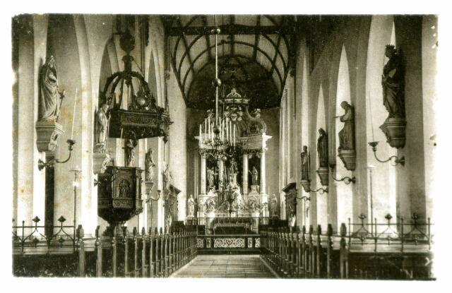 054722 - Interieur van de R.K. kerk Petrus Banden. De beelden dateren van rond 1800. Het altaar werd vervaardigd in1865. Rechts de preekstoel uit de 17e eeuw.