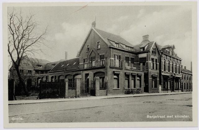 046252 - Het St. Elisabethgesticht aan de Bergstraat. Achter het gesticht het klooster van de congregatie der liefdezusters van het Kostbaar Bloed.