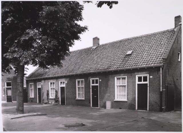 024904 - Arbeiderswoningen uit de 19e eeuw aan de Kwaadeindstraat halverwege 1981. Dit gedeelte heette vroeger Herstalsestraat.