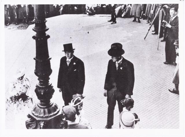 007687 - Bruiloften. Getuigen : koppelgenoten in de stoet Cor Wals (links) en Jos Slaats (rechts) bij het huwelijk van Jan Pijnenburg (1906-1979)  met Mimi Bierens (1911-1990).