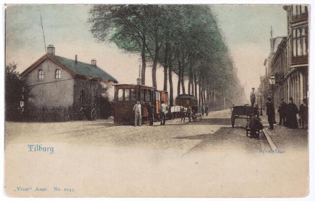 002156 - Openbaar vervoer. Spoorlaan richting Heuvel. Geheel rechts het hotel van J. Adelaars op de hoek van de Langestraat, later bekend als hotel 'de la Station' en hotel 'Victoria'. Links tramlocomotief nr. 4, die de naam 'Amsterdam' droeg. Links van de tram Spoorlaan N1588, kantoor van de douane.