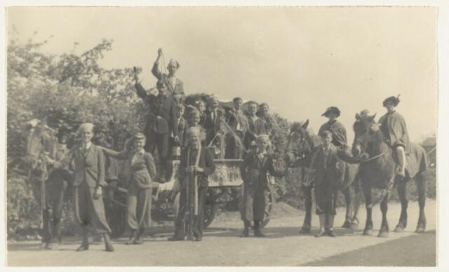 90880 - WOII; WO2: Made en Drimmelen. Bevrijdingsfeest 1945, met een 'namaak hitler' op een kar. De vrouw achter hem lijkt 'aan de touwtjes te trekken'.