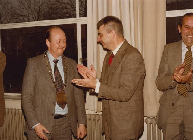 """064179 - Overdracht van fabriek Volt Zuid aan de nieuwe eigenaar. Bij die gelegenheid werd Jan van Groos achteraf benoemd tot """"burgemeester"""" van Zuid. Op de foto van links naar rechts: Van Groos, Braam, hoofd sociale zaken, en Jos Verelst, baas afdeling metaalwaren."""