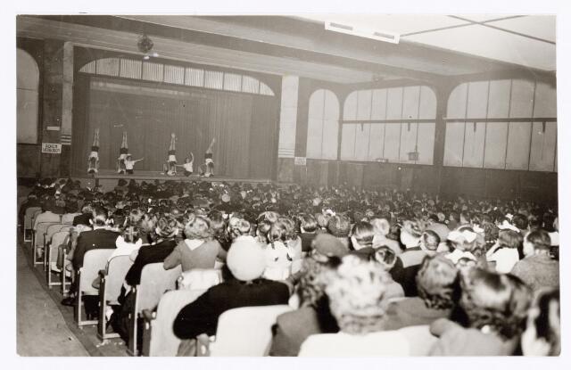 """038820 - Volt. Sport en ontspanning. Jaarlijkse uitvoering van Gymnastiek Ver. Volt in de bovenzaal van de """"Metropole"""" schouwburg aan de Heuvel in 1951 of 1952."""